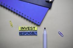 负责任地投资在稠粘的笔记的文本与办公桌 股票市场交换概念 免版税库存照片