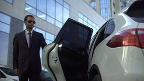 负责任的司机帮助的上司离开汽车,走到办公室会议的夫人 股票录像