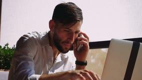 负责任的地产商浏览新的信息由膝上型计算机和叫与智能手机 股票视频