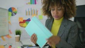 负责任的工作者探索的纸 影视素材