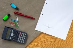 财务会计书桌模板有计算器和德语的 免版税库存照片