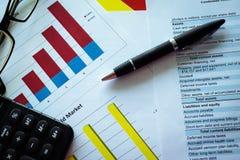 财务分析-收入报告 分析使用的平衡蓝色企业概念补白图象 库存照片