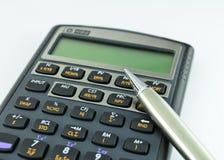 财务查出的计算器和笔 库存照片