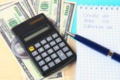 财务概念:美国一百美元票据,计算器,票据 免版税库存照片