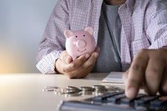 财务认为的年轻人的挽救保存处理金钱inves 库存图片
