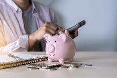 财务认为的年轻人的挽救保存处理金钱inves 图库摄影