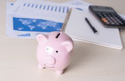 财务认为的年轻人的挽救保存处理金钱inves 库存照片