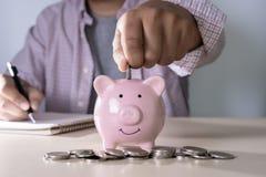 财务认为的年轻人的挽救保存处理金钱inves 免版税库存图片
