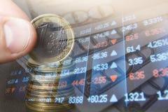 财务,开户概念 欧洲硬币,美元钞票特写镜头 财政系统的抽象图象与有选择性的 免版税图库摄影