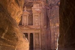 财宝的看法在岩石之间的 免版税库存图片