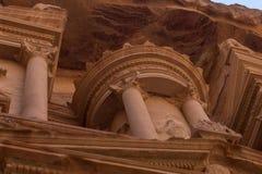 财宝Al Khazneh雕刻了入岩石在Petra,约旦 库存图片