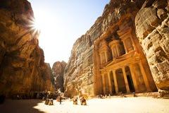 财宝Al Petra古城,约旦Khazneh有金黄太阳的 库存照片