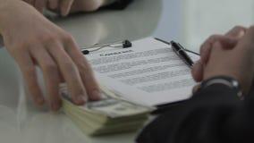 财政以交换签署的合同,腐败的主任提供的金钱 影视素材