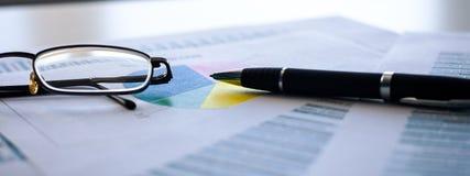 财政企业规划,平衡投资总额 分析企业构成欧洲财务玻璃收入墨水货币笔语句 免版税图库摄影