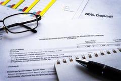 财政企业规划,平衡投资总额 分析企业构成欧洲财务玻璃收入墨水货币笔语句 免版税库存照片
