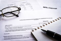 财政企业规划,平衡投资总额 分析企业构成欧洲财务玻璃收入墨水货币笔语句 免版税库存图片