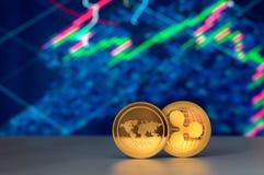 财政图和两枚金黄cryptocurrency硬币 免版税库存图片