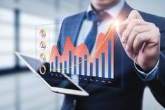 财政图表绘制显示在触摸屏上的生长收支图表 企业互联网技术概念 免版税库存图片