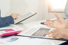 财政报告两个商人确信的行政的同事见面和谈论或者计划 免版税图库摄影