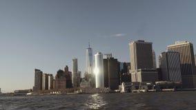 财政摩天大楼宽射击在街市纽约在从在黄昏的East河摄制的更低的曼哈顿 股票视频