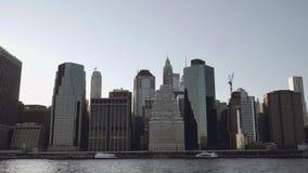 财政摩天大楼宽射击在街市纽约在从在黄昏的East河摄制的更低的曼哈顿 股票录像