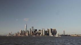 财政摩天大楼宽射击在街市纽约在从黄昏的南河摄制的更低的曼哈顿 股票视频
