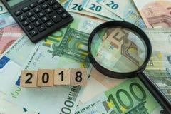 财政目标或目标概念作为放大镜在堆  免版税库存图片