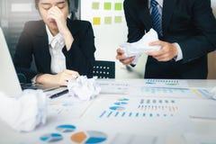 责备伙伴和认真讨论的企业配合 库存图片