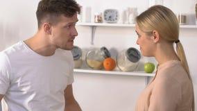责骂他无经验的妻子的男性暴君在厨房,哭泣的妇女,问题里 股票录像