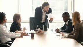 责骂坏工作结果的恼怒的上司雇员在会议上 股票录像