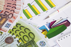 货币、在图形的铅笔和笔记本 图库摄影