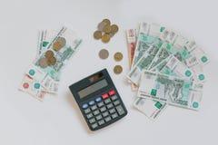 货币俄国 钞票五和一千卢布,背景,选择聚焦,在桌、玻璃和计算器上 diff 免版税库存照片