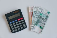 货币俄国 钞票五和一千卢布,背景,选择聚焦,在桌、玻璃和a上 免版税库存照片