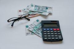 货币俄国 钞票五和一千卢布,背景,选择聚焦,在桌、玻璃和a上 库存图片