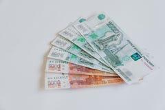 货币俄国 钞票五和一千卢布,背景 图库摄影