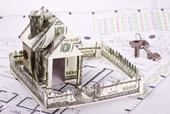 货币和关键字的之家 免版税库存照片