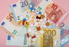 货币和药片 不同的颜色药片在金钱的 概念谎言医学货币集合听诊器 欧洲现金 免版税库存图片