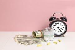 货币和药片 医学的概念 免版税库存图片
