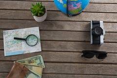 货币笔记和旅行的辅助部件在木板条 免版税库存图片