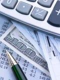 货币计算器和笔 库存图片