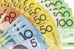 货币钞票横跨框架澳大利亚元在各种各样的衡量单位传播了 免版税图库摄影