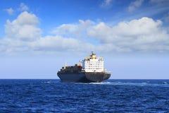 货柜船在开阔水域的航行航行 免版税库存照片