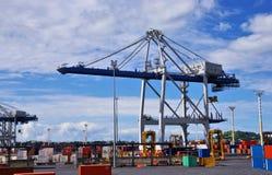 货物在口岸抬头在奥克兰,新西兰 库存图片