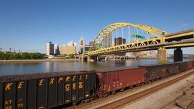 货物火车上升的鸟瞰图在匹兹堡 影视素材
