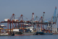 货物端口船转存 免版税库存图片