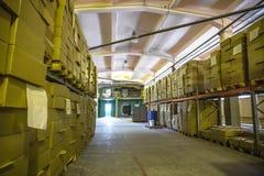 货物纸板箱在后勤存储仓,仓库内部里  免版税库存照片