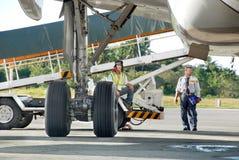 货物装载飞机监督 免版税库存照片