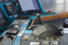 货物货船的控制板用棍子在前面缓慢的方式下 免版税图库摄影