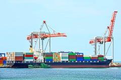 货物起重机和船 免版税库存图片