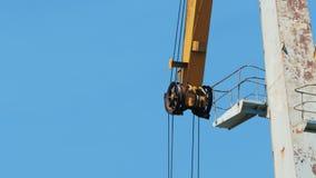 货物起重机的机制反对天空蔚蓝的 影视素材